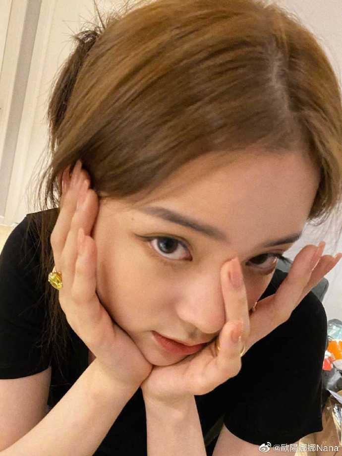 20歲歐陽娜娜人生首次染髮,近日曝光成果。圖/擷自weibo。