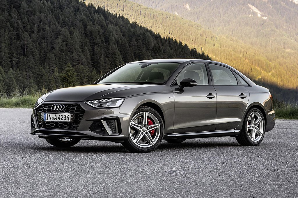 小改款Audi A4車頭燈組內側以銳利的切角,融合更寬扁的六角盾形水箱護罩、更具...