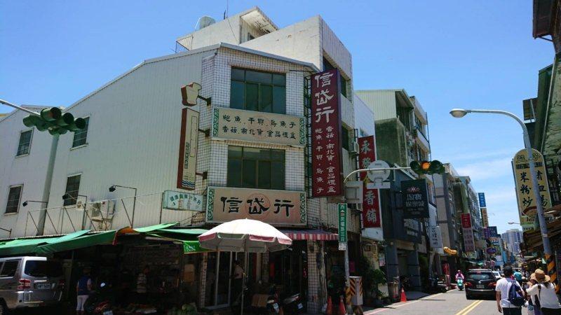 民權路早期是南北貨集散地,目前仍有多家賣南百貨的商家。 圖/鄭惠仁 攝影
