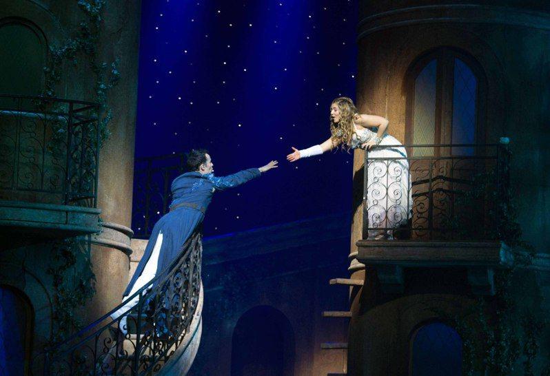 古代,東方有梁山伯祝英台,西方有羅密歐與茱麗葉,當有好感的兩人,如果遇到了越多人的反對,他們的愛情會更深,甚至轟轟烈烈。這是社會心理學中,關於人際交往的反常現象。也就是越多阻礙越相愛。圖為音樂劇《羅密歐與茱麗葉》在香港文化中心大劇院登場情景。香港中通社資料照