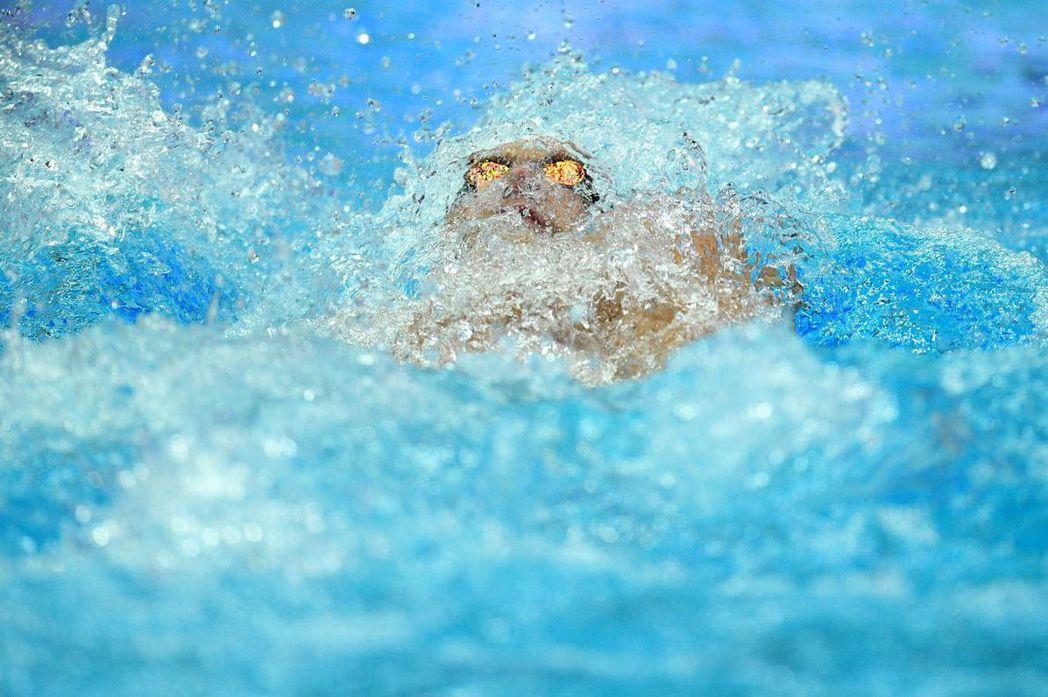 溺水者的反射動作是掙扎,會消耗掉很多身體能量,體能下降過於疲勞後就容易發生抽筋現象。示意圖。 圖/法新社