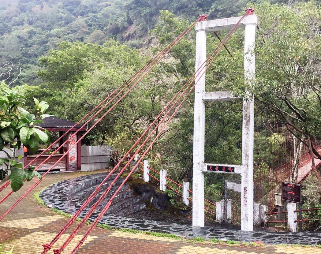 建於日據時期的天龍吊橋已有百年歷史,被喻為南橫八景之一,目前施工維護中,吊橋禁止...
