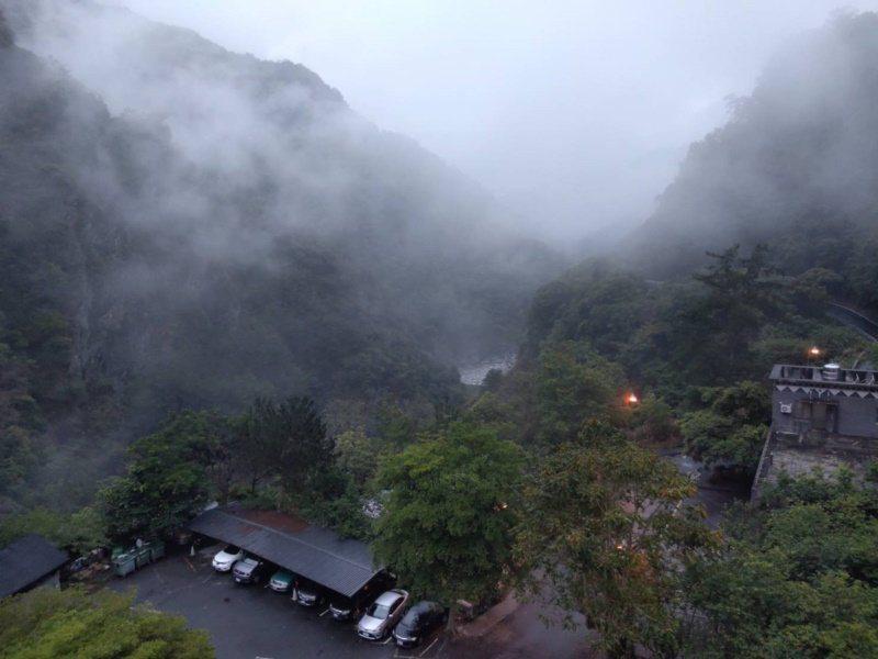 天龍飯店是南橫公路東段唯一飯店,雲霧繚繞猶如仙境。 圖/天龍飯店提供