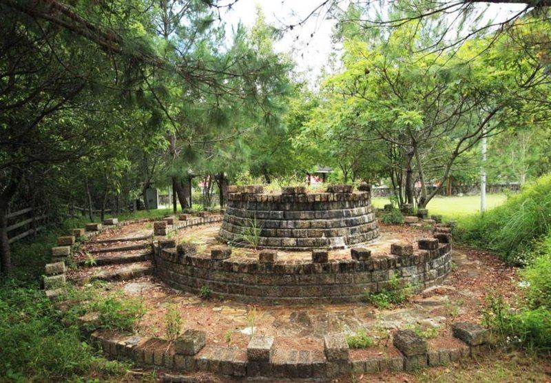 已逾百年的霧鹿砲台基座完好,見證百年前日軍鎮壓布農族人血淚史。 圖/羅紹平 攝影