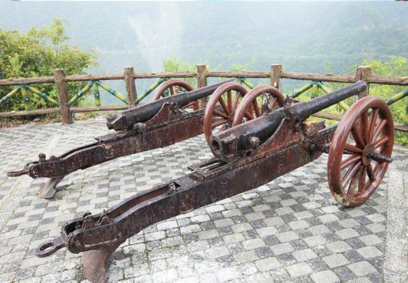 已逾百年的霧鹿砲台仍保留兩具古砲,見證百年前日軍鎮壓布農族人血淚史。 圖/羅紹平...