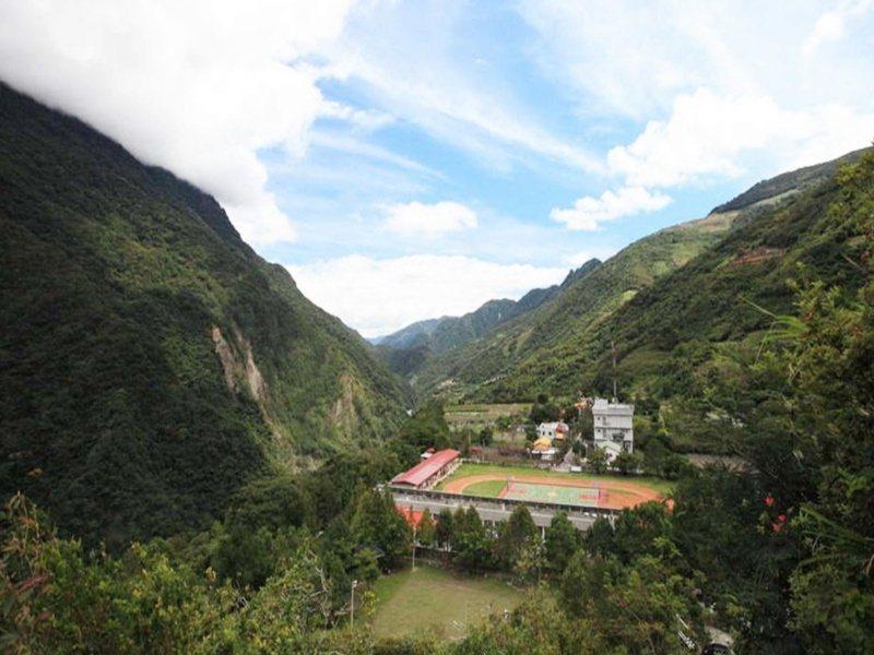 站在霧鹿砲台可遠眺霧鹿國小校園被群山環抱美景。 圖/羅紹平 攝影
