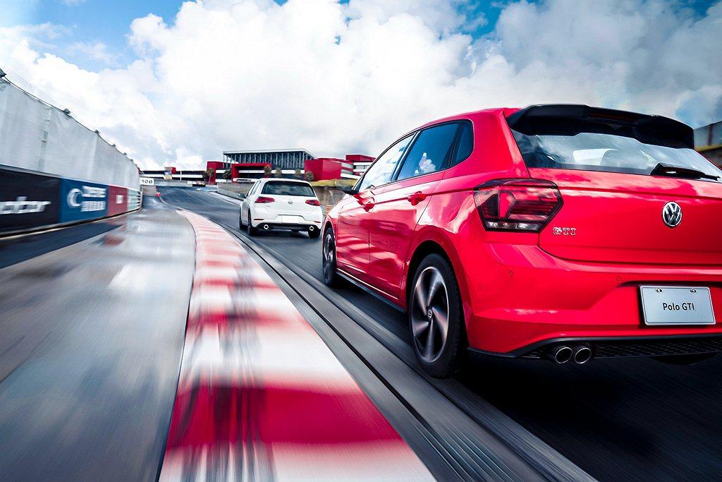 在全賽道體驗項目中,車主透過教練領導的駕馭過程不僅親身感受福斯汽車優異的底盤剛性...