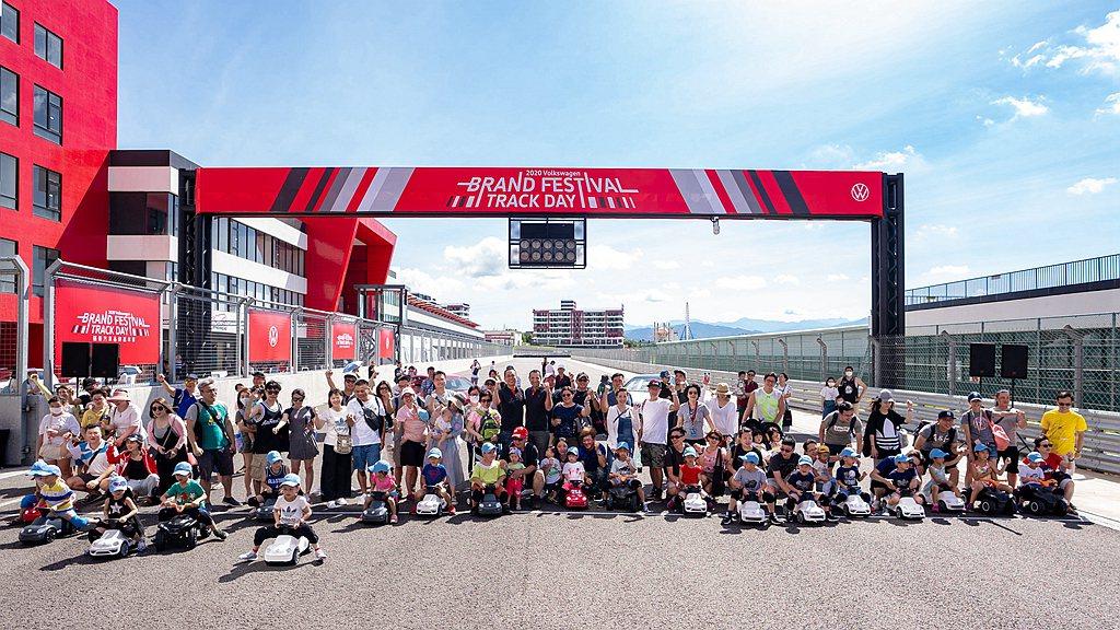 台灣福斯汽車首次舉辦「福斯炫風小車手」,讓小朋友們也能體驗模擬駕車的快感。 圖/...