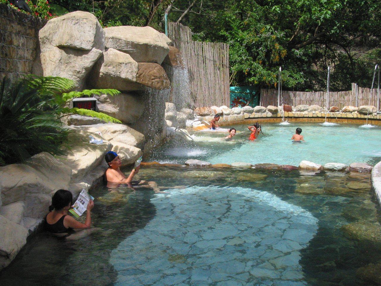 天龍飯店湯池,常有遊客一邊看地圖一邊泡湯,度假氣氛濃。 圖/周立芸 攝影