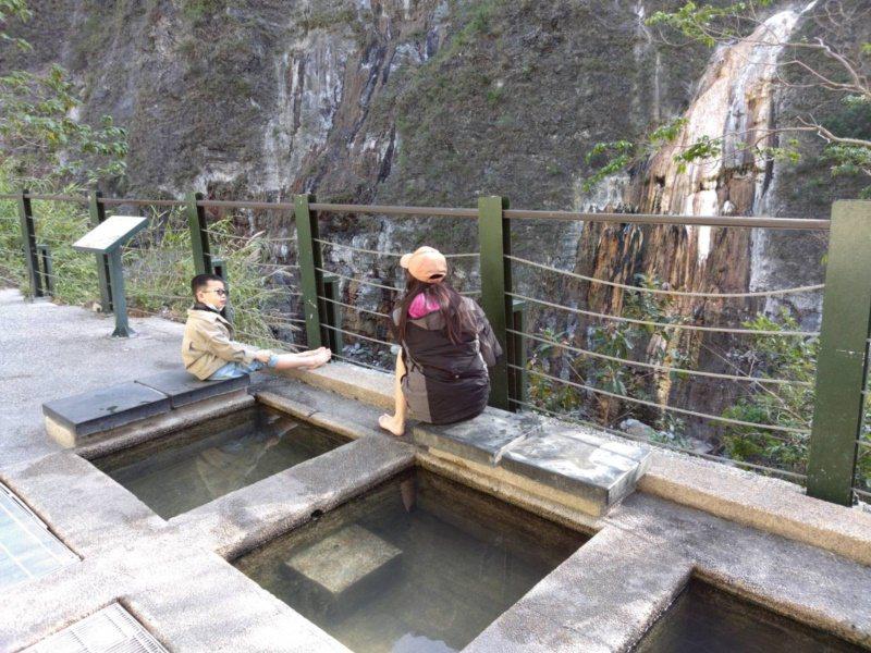 位於南橫公路六口明隧道附近的六口溫泉目前在施工維修中,八月底前暫時無法開放遊客泡...