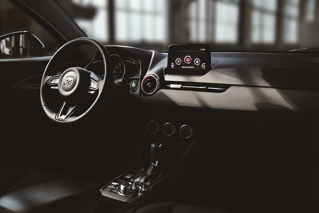 Mazda CX-3旗艦羨定版提供多項豪華舒適配備如:真皮座椅、駕駛座八向電動調...