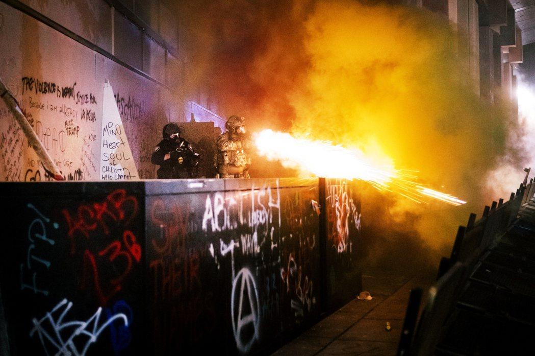 19日朝波特蘭示威群眾發射催淚彈的軍警。 圖/美聯社