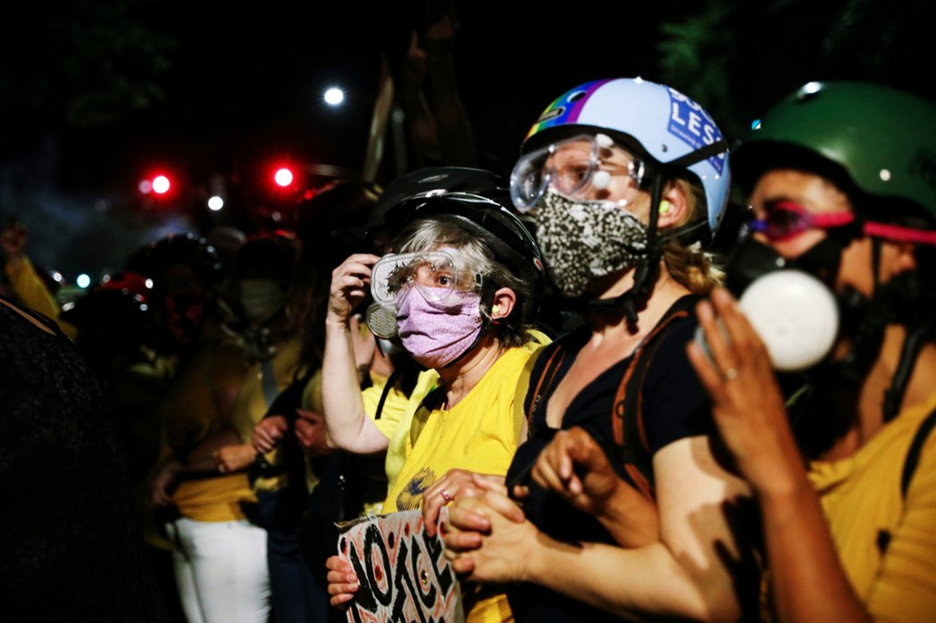 圖為波特蘭示威當中的「反警暴媽咪團」(Mothers Against Polic...
