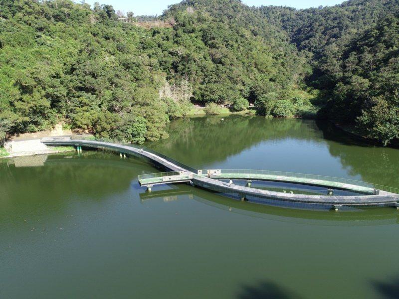 今年初完工的龍潭湖湖中棧道,造型特殊吸睛,常有遊客來打卡。 圖/縣政府提供