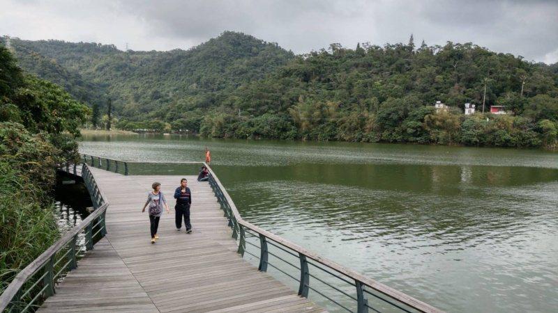 遊客走環湖步道,可以達到人車分流。 圖/戴永華 攝影