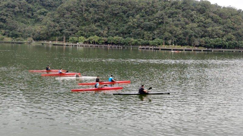 龍潭湖域每天有選手練習划輕艇。  圖/戴永華 攝影