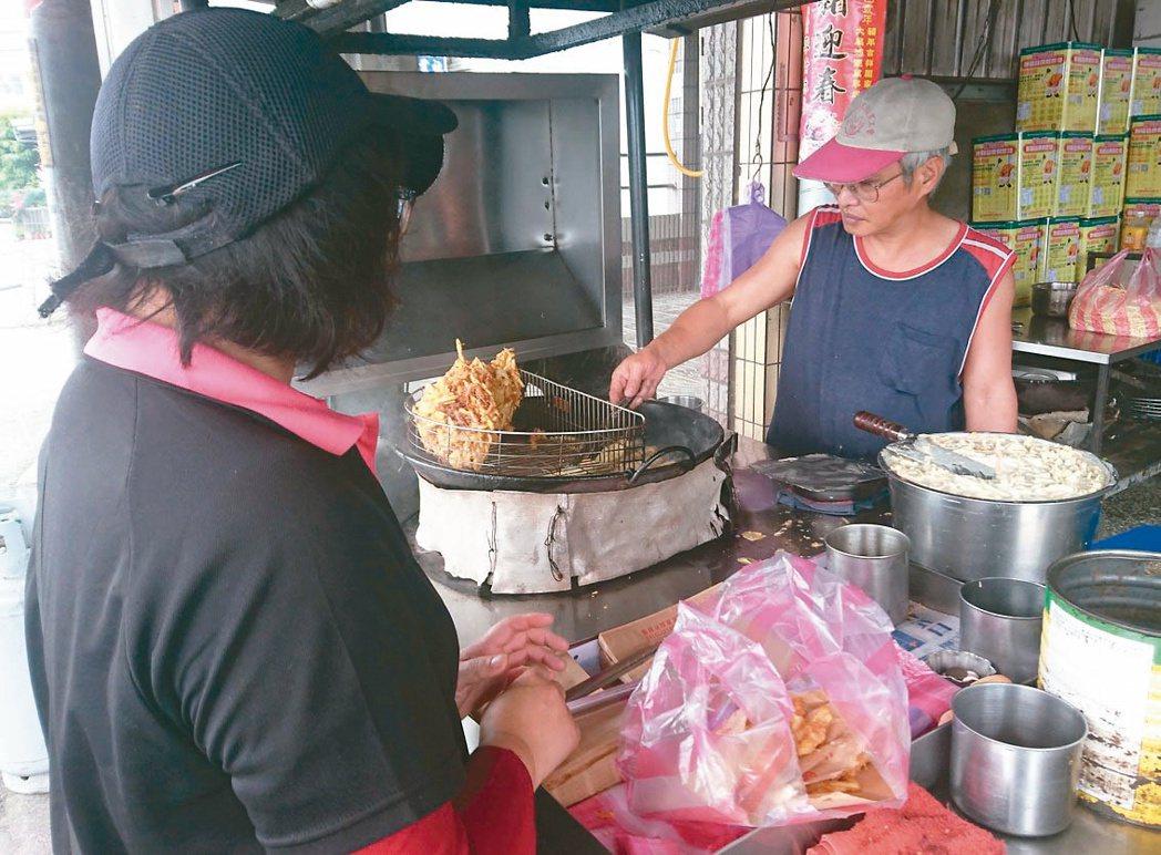 隱身在宜蘭縣龍潭國小附近、礁溪鄉育龍路邊的「春捲伯」,是CP值高銅板美食。 ...