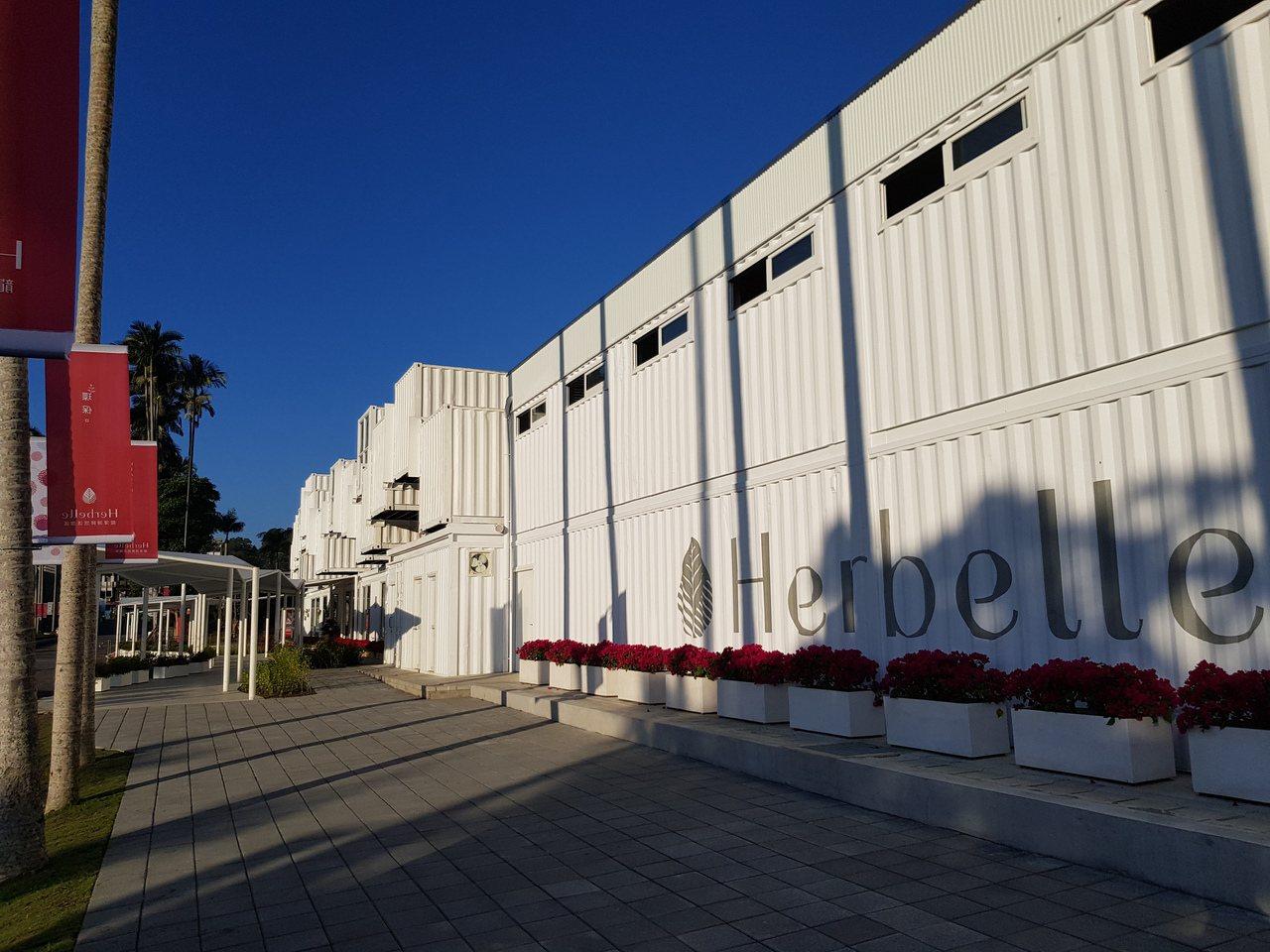 台塑集團打造「龍潭湖畔悠活園區」,使用76個除役的貨櫃作為建物主體,為全台最大的...