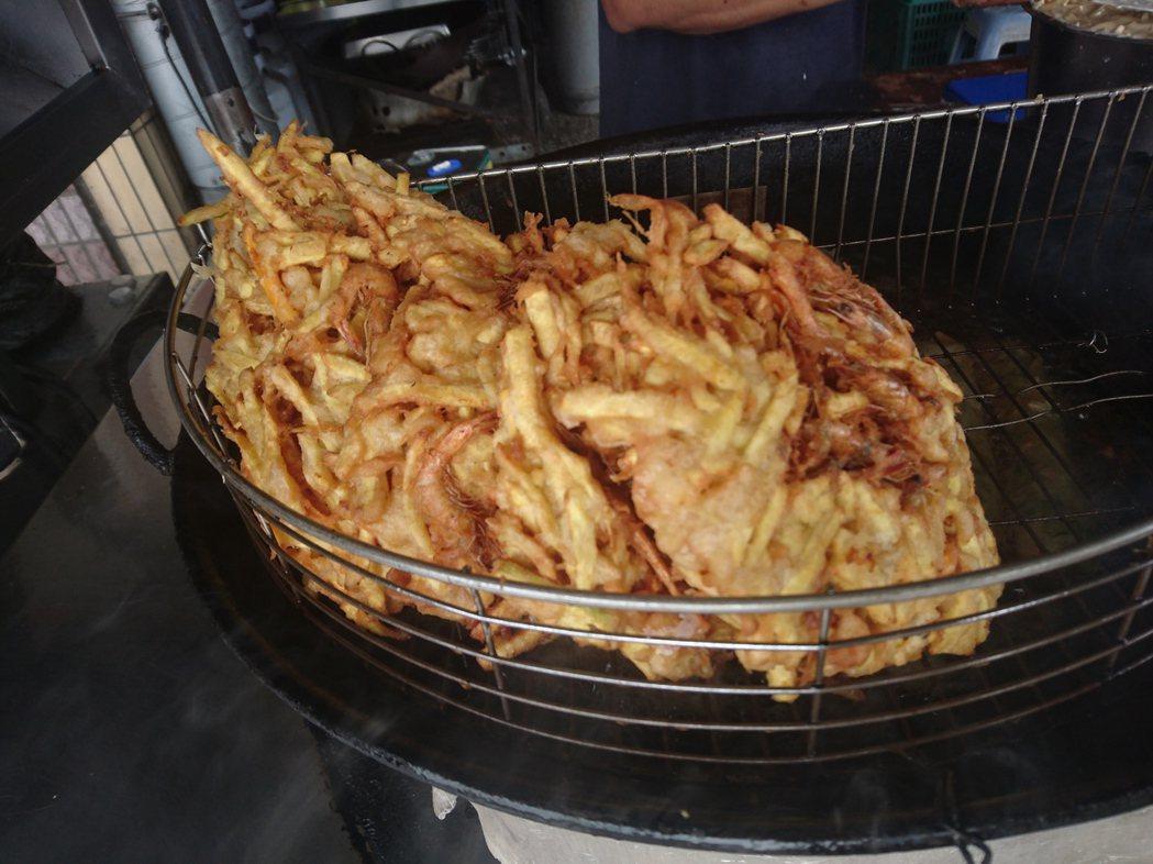 春捲伯賣的蝦餅足足有成人的巴掌大,薯條裹粉,麵衣加上小蝦的海鮮提味,油鍋酥炸,小...