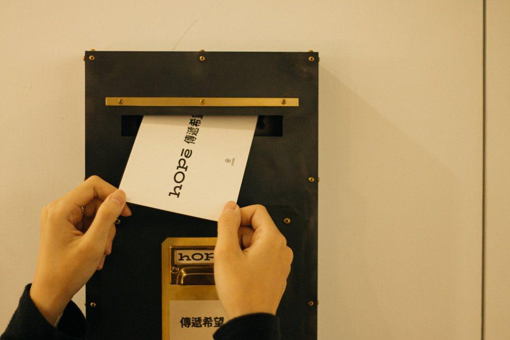 由物外設計策劃的「傳遞希望 Share HOPE」書寫計畫,觀者可以自由索取一張...
