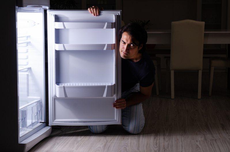 他問手機被拿到冷凍庫該怎麼辦。 示意圖/Ingimage