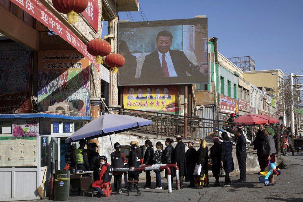 美國財政部聲明,被被制裁的中共官員對新疆民眾施加酷刑、數位監控以及政治教育。 圖/美聯社