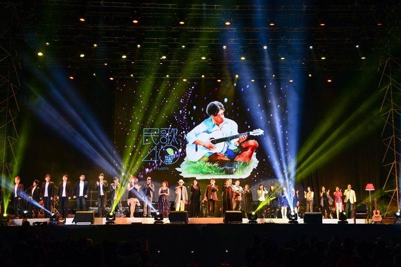 李建復接了中華音樂人交流協會理事長一職,籌辦民歌40系列活動。圖為民歌40巡迴列車演唱會,攝於2016年。 圖/大大娛樂