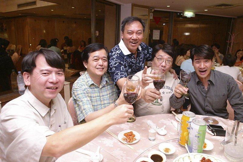 圖為「金韻四虎」李建復(左起)、黃大城、施孝榮、王夢麟,與演員翁家明合影,攝於2006年。 圖/聯合報系資料照