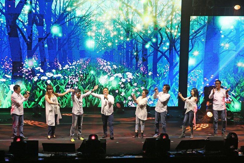 「民歌45高峰會」演唱會,左起李明德、王海玲、葉佳修、施孝榮、邰肇玫、殷正洋、于台煙、王瑞瑜。 圖/聯合報系資料照