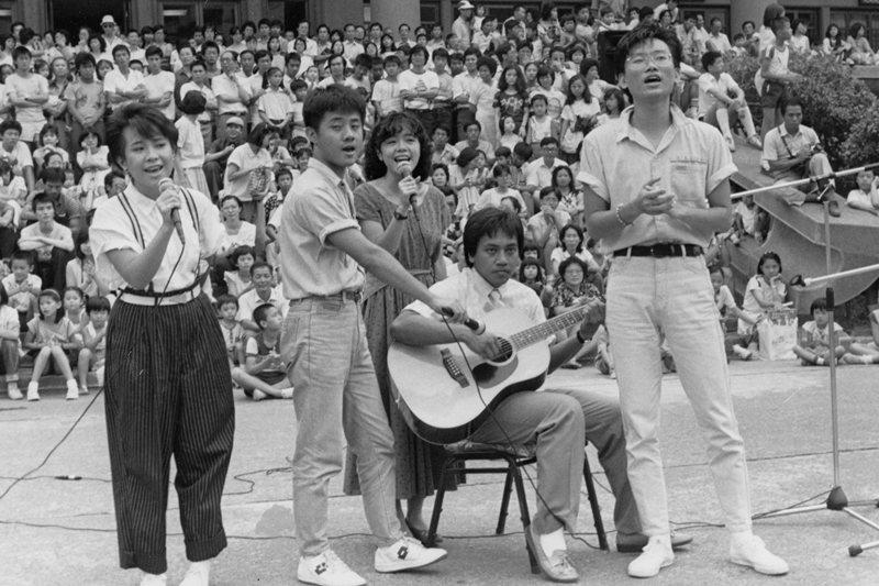 民歌時代「年輕人唱自己的歌」曾蔚為流行。圖為民歌手施孝榮(右二)與蘇來(右一),攝於1985年。 圖/聯合報系資料照