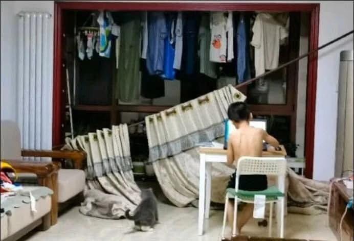 網友家中的女兒非常好動,最後甚至將整組窗簾「強拆」下來。圖擷自網路