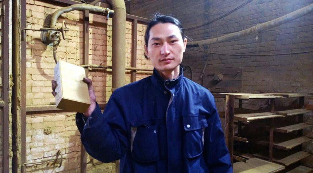 2015年「塵埃計畫」,堅果兄弟用吸塵器在北京街頭蒐集霧霾灰塵,100天的成果是...