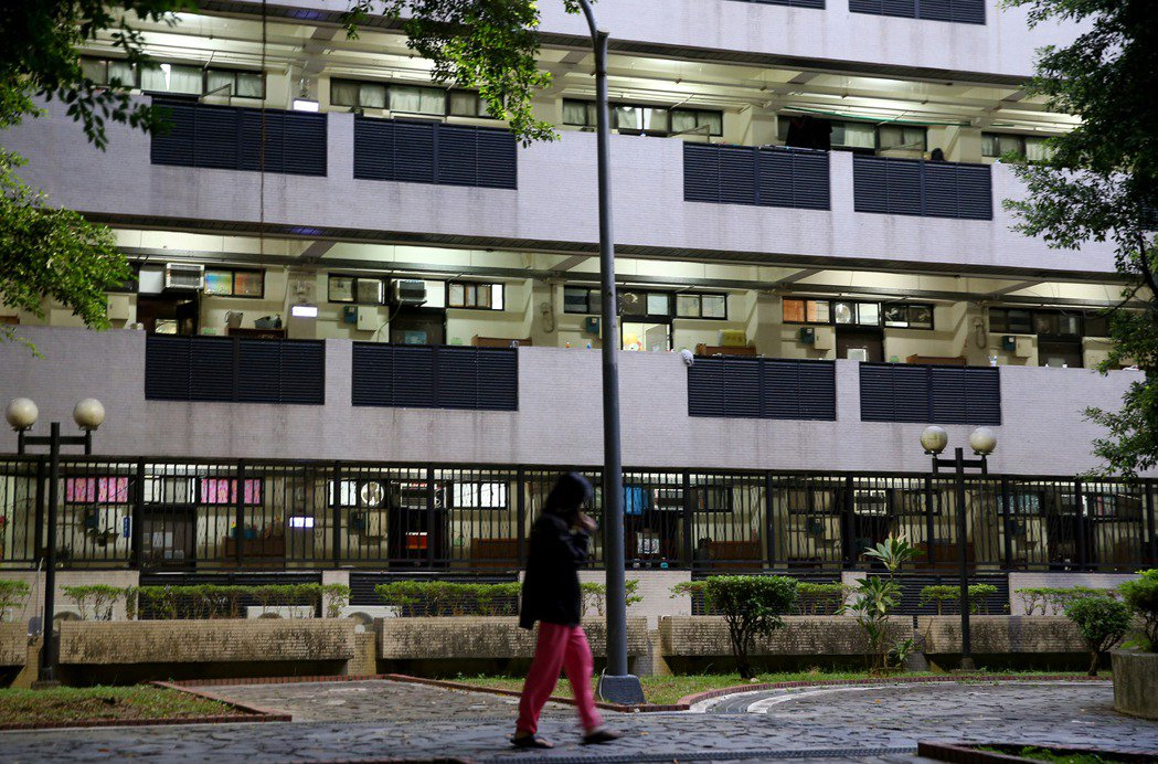 宿舍床位嚴重不足,年輕學子被迫在學校附近選擇低租金、隔間品質極差的套房落腳。 圖/聯合報系資料照