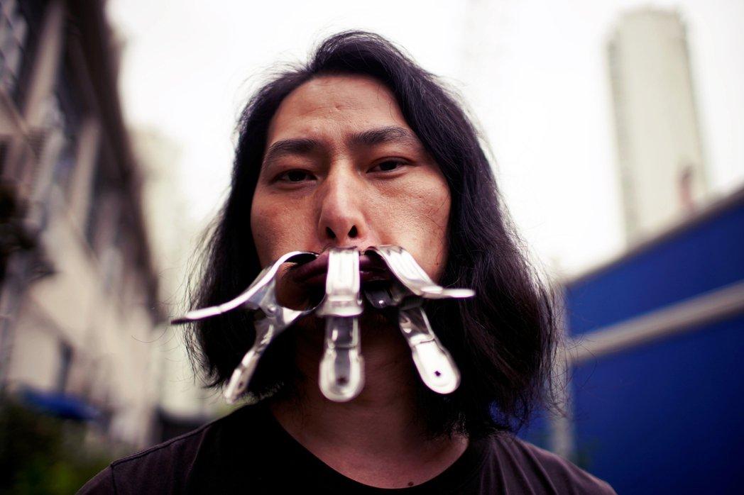 中國素以觸碰敏感社會議題的行動藝術家——堅果兄弟——上月發起了「閉嘴720小時」...