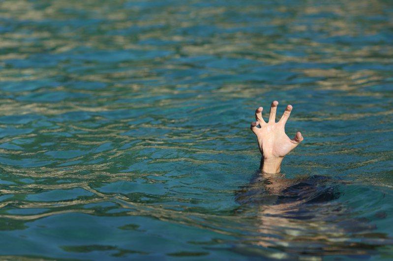 大陸有名男童在泳池溺水,卻沒人發現最終不幸離世。示意圖/ingimage