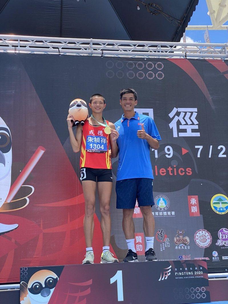 新竹市成德高中朱禎祥(左)奪金,和教練陳穎祈分享喜悅。記者曾思儒/攝影