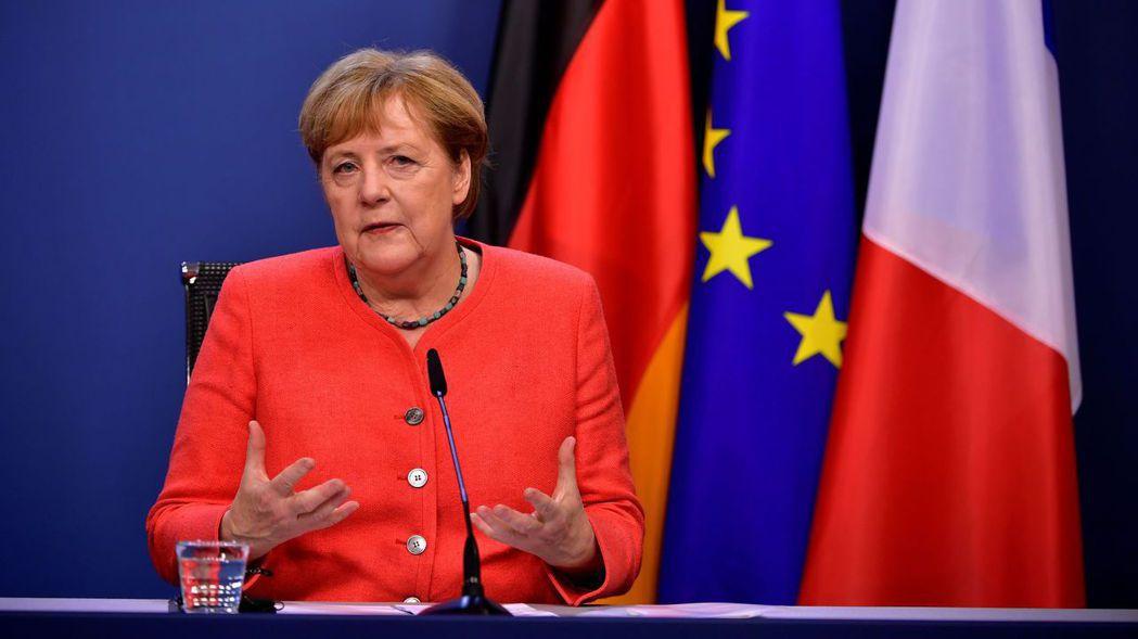 德國總理梅克爾21日在歐盟峰會閉幕後記者會上致詞。歐盟領袖經過馬拉松式的協商,終...