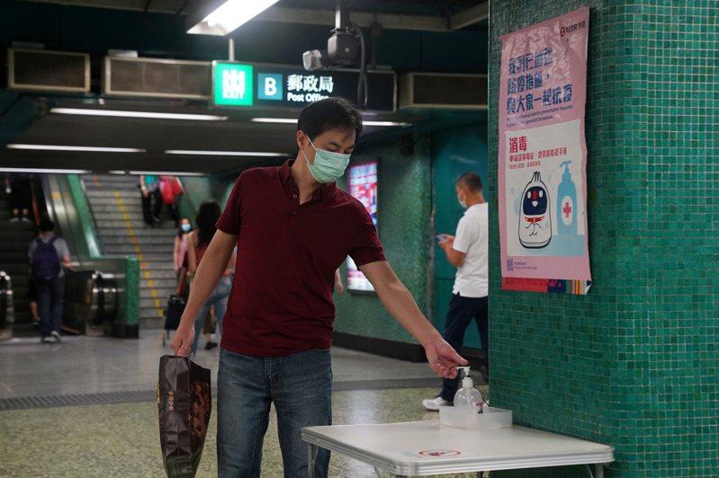 香港今天新增61例新冠肺炎確診,其中58例為本地個案;至今累計確診個案突破2000例,達2019例。 路透社