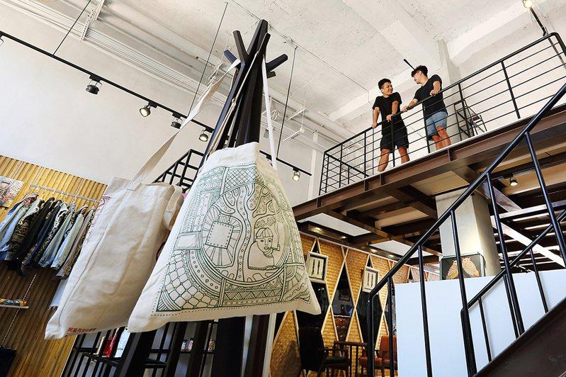 選件原民服飾或布包當成紀念品,為旅行留下回憶。(攝影/Carter)