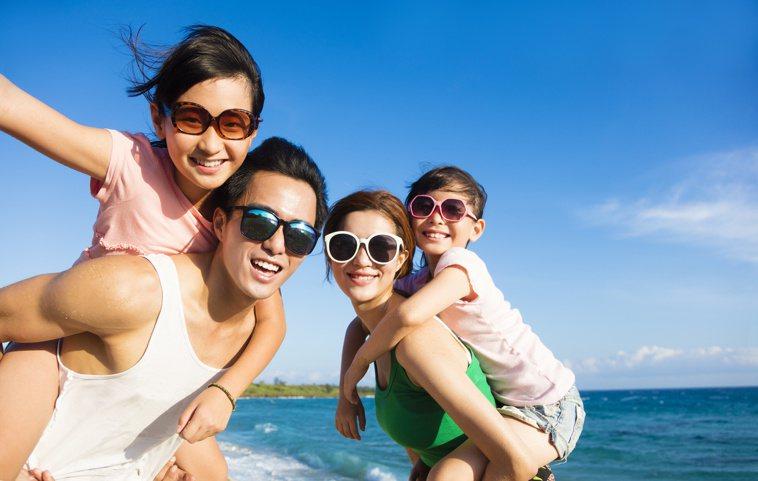 強光下除了皮膚外,眼睛也要做好防曬。圖/123RF