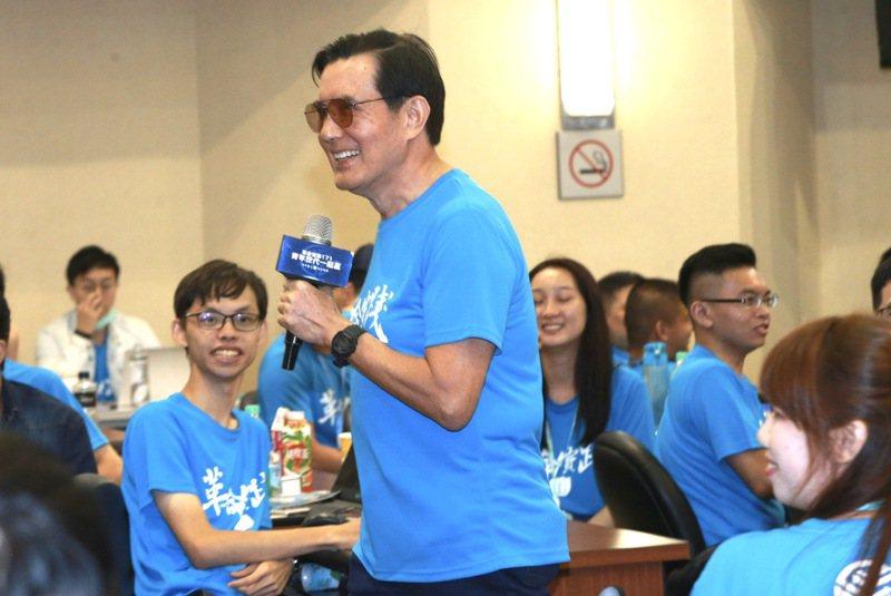 前總統馬英九(中)因為眼瞼手術,日前罕見戴墨鏡出席國民黨活動。 圖/聯合報系資料照片