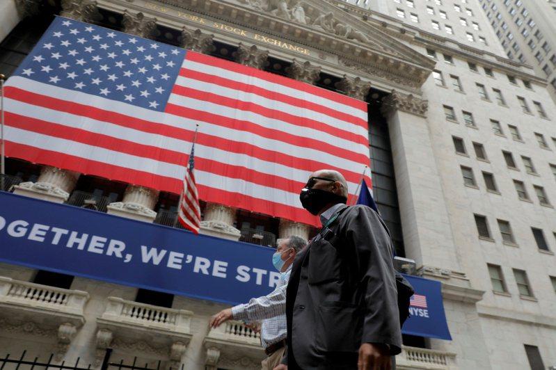 美股周一(20日)上漲至2月以來最高水準。(圖/路透)