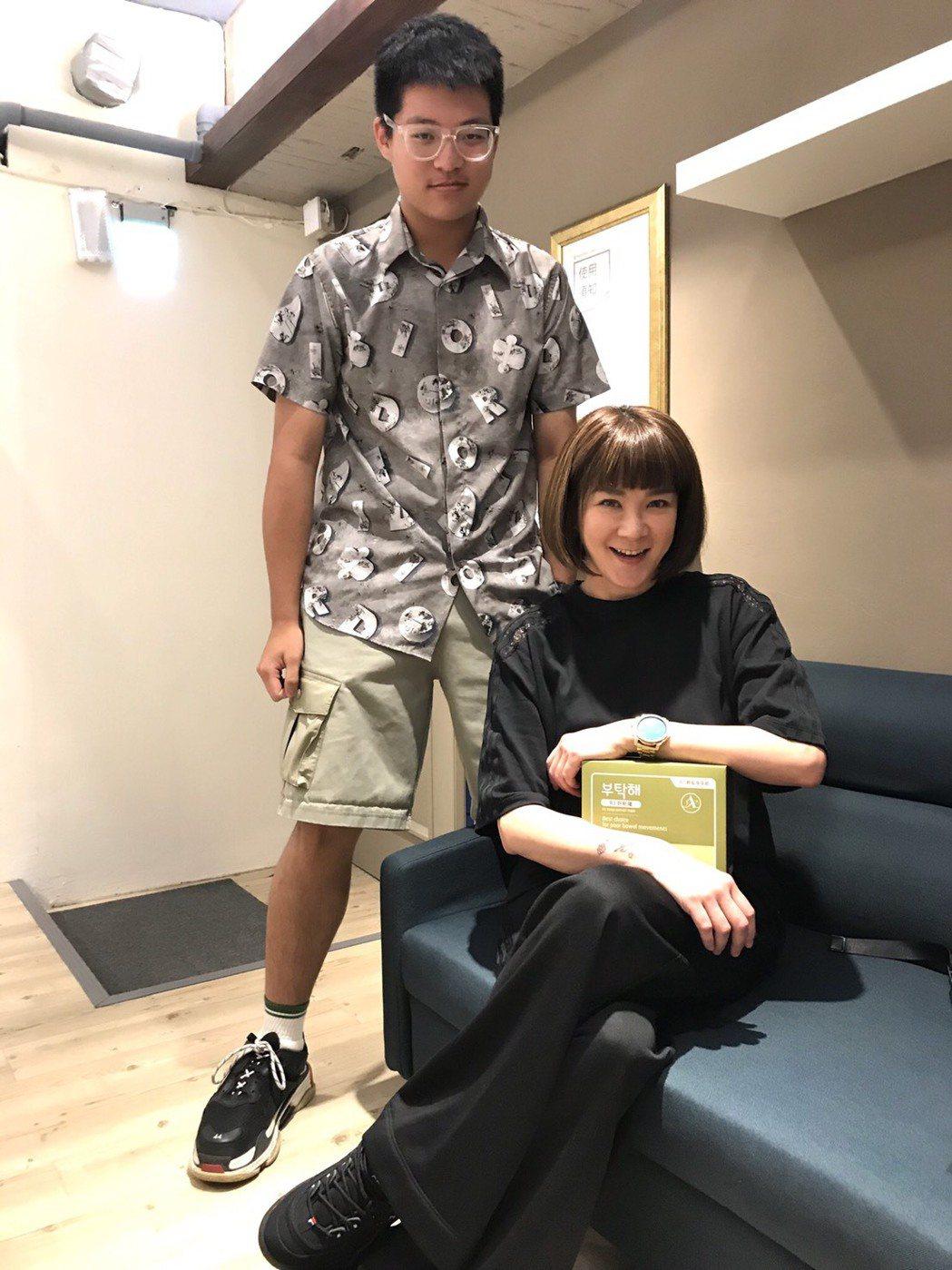 開學前,袁義跟在媽媽身邊打工,陪她弄座談會當個小跟班。記者葉君遠/攝影