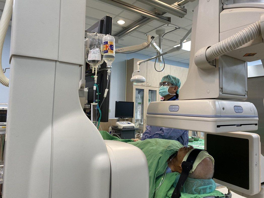 台南市立安南醫院腦神經外科醫師張哲肇為中風患者進行治療。圖/安南醫院提供