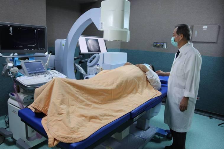 醫師簡佑全說明,體外震波碎石沒有傷口、不用麻醉,不用住院,門診處置即可,約一到二...