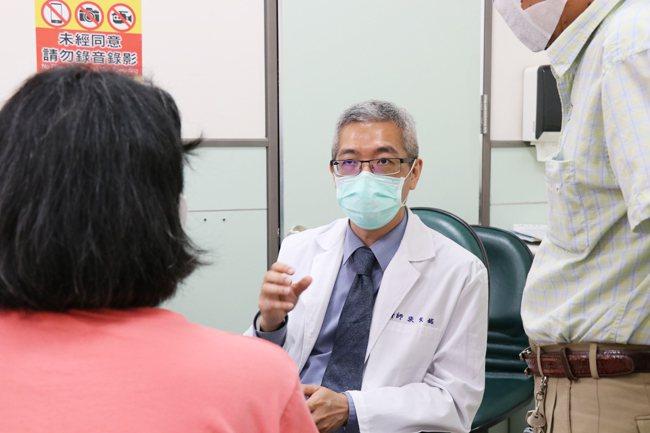 嘉基胸腔外科主任醫師張家銘表示, 民眾長時間咳嗽建議到院檢查,謹慎處理。圖/院方...