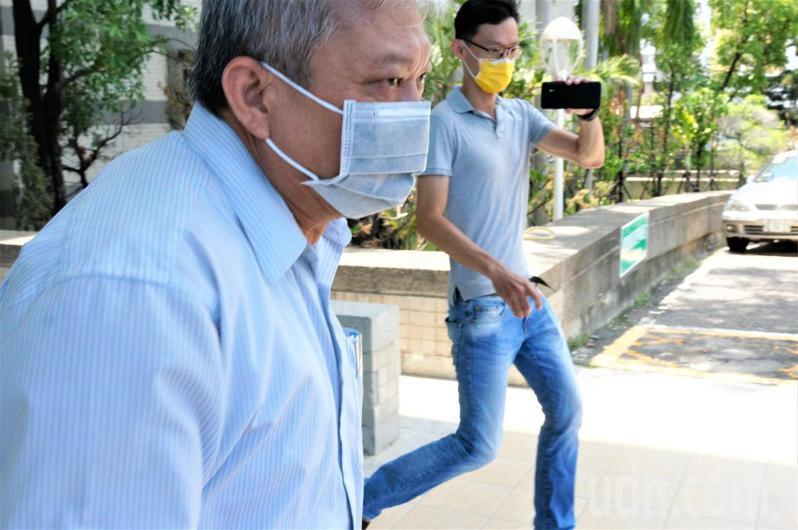 總統府秘書長蘇嘉全外甥、唐榮鐵工廠總經理張仲傑(左)今天到高雄地檢署出庭,離去時跑步上車。記者林伯驊/攝影