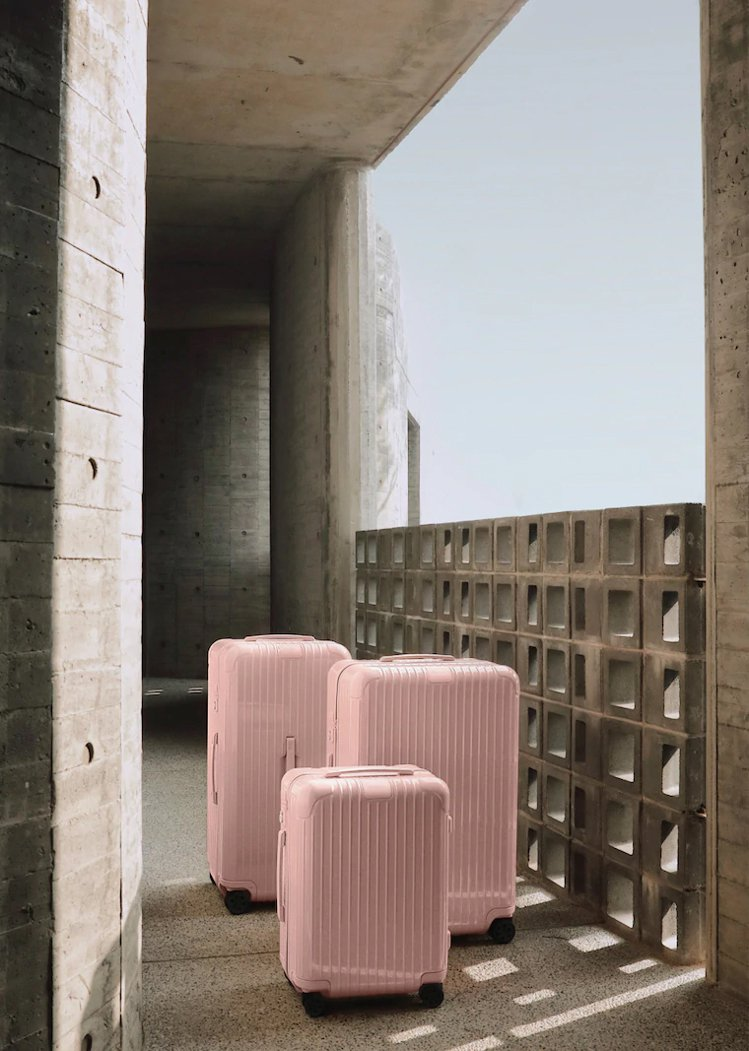 RIMOWA近期搶先在亞洲地區推出Essential系列沙漠玫瑰粉行李箱。圖/摘...