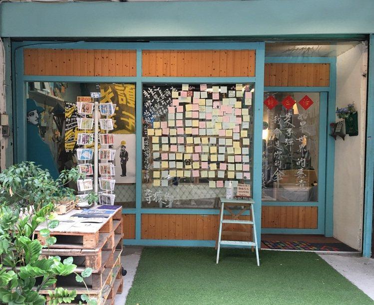 憑誠品「79街遊卡」,即日起至9/14可享詩生活─詩人雜貨店指定商品9折優惠。圖...
