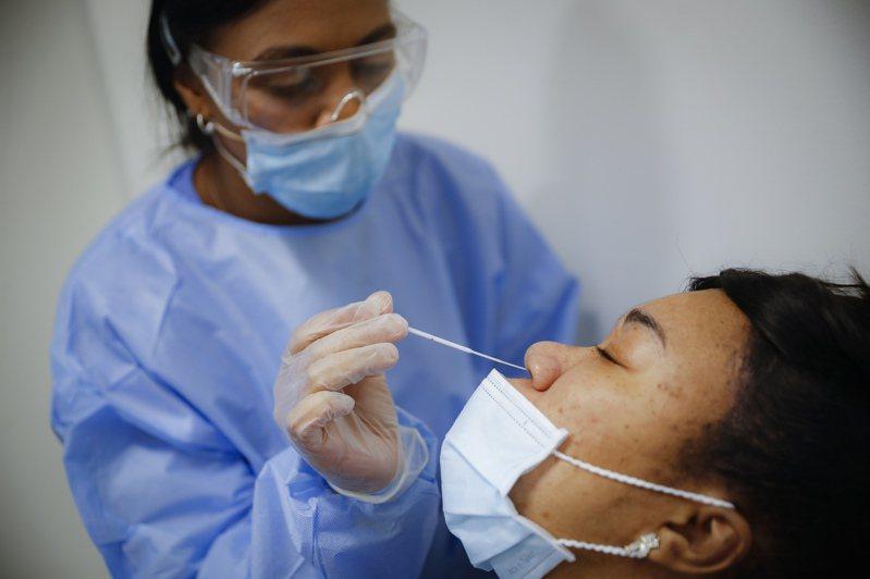 醫護人員正為民眾採樣檢測新冠病毒。   美聯社